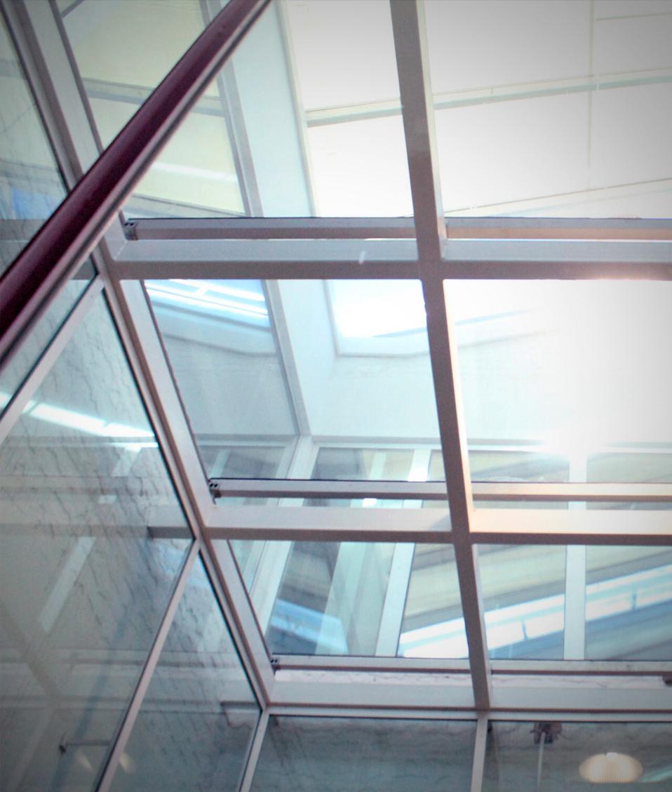 Imagen en la que se muestran varias cristaleras del techo de un edificio