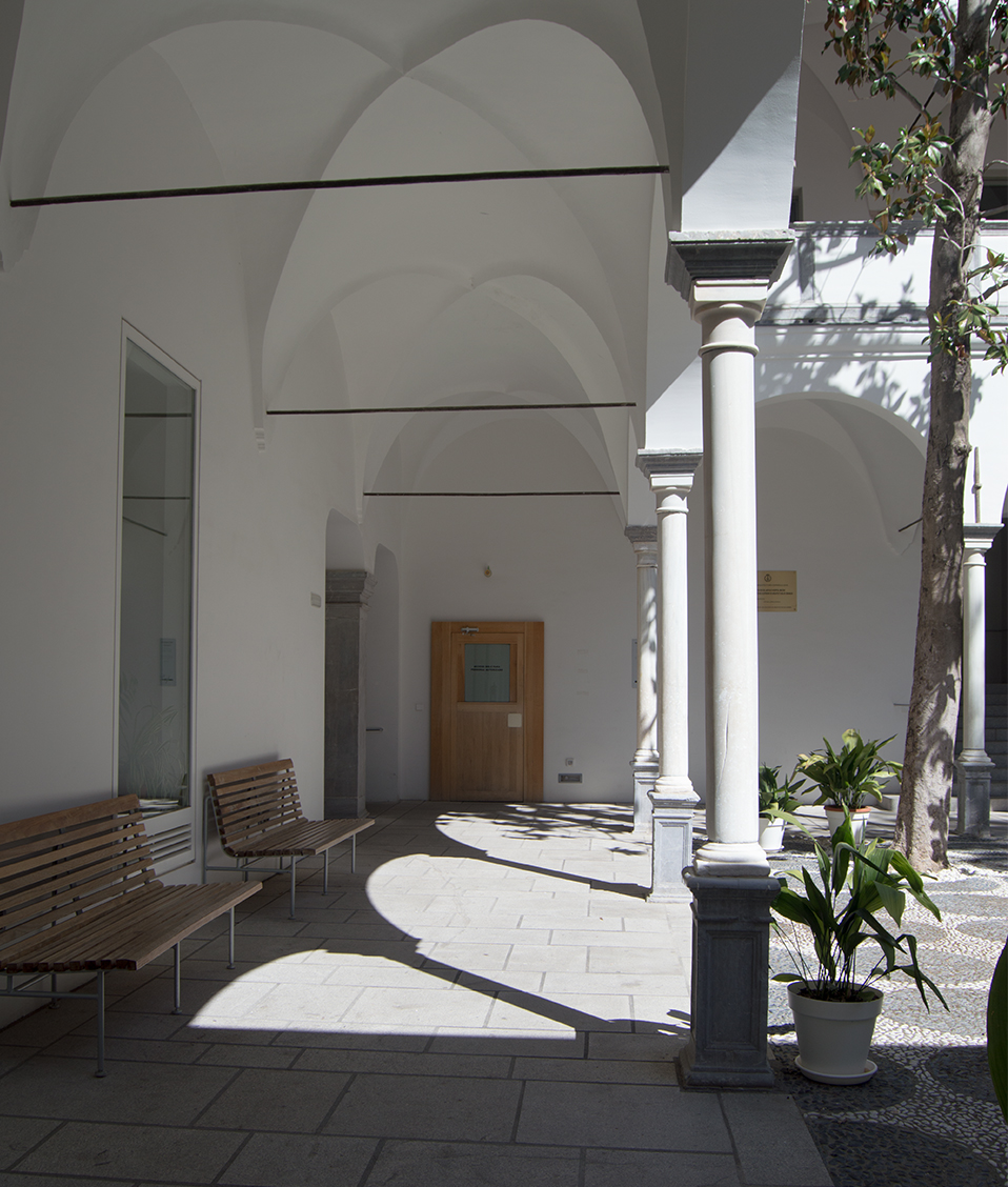 Patio del claustro con bancos para sentarse